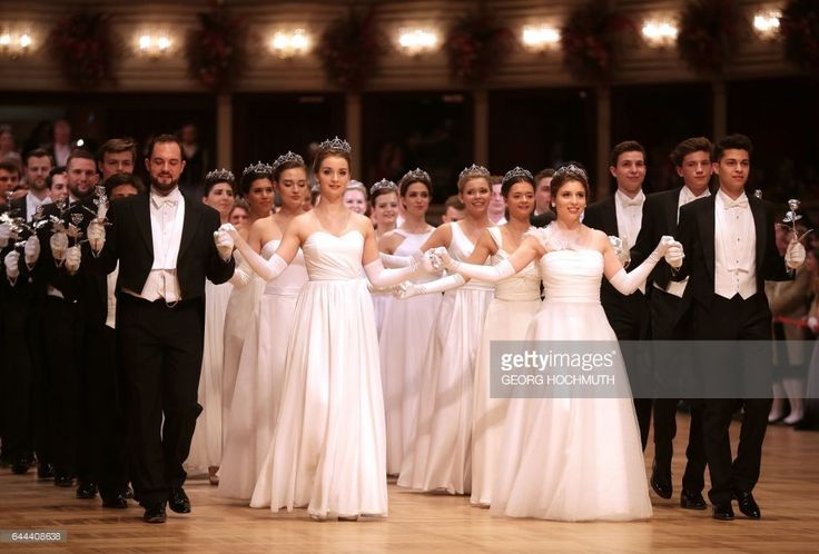 Debutantes come out for the opening ceremony of the Vienna Opera Ball 2017 at the Grand Hotel, on February 23, 2017, in Vienna, Austria. / AFP / APA / GEORG HOCHMUTH / Austria OUT