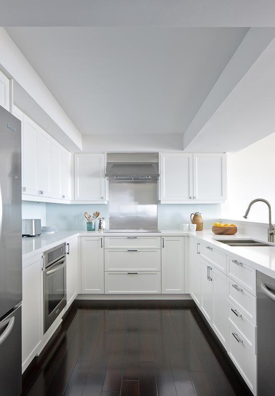 Dark polished floor, modern white kitchen - very clean and fresh #kitchen #white #timberflooring
