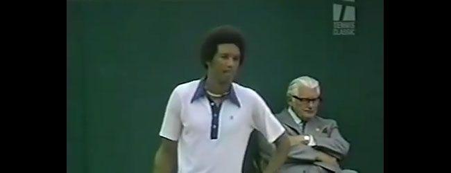 """Arthur Ashe derrota al campeón defensor Jimmy Connors en Wimbledon 1975. Histórico triunfo del primer hombre de raza negra en ganar en la """"Catedral del Tenis"""". Ashe había ganado el Abierto Australiano 1970 y el US Open 1968. Curiosamente Connors había derrotado a Ashe en sus seis encuentros anteriores.  Trece años después, Ashe adquiere el virus del VIH en una transfusión sanguínea durante su operación de corazón y fallece en 1993 a los 49 años de edad."""