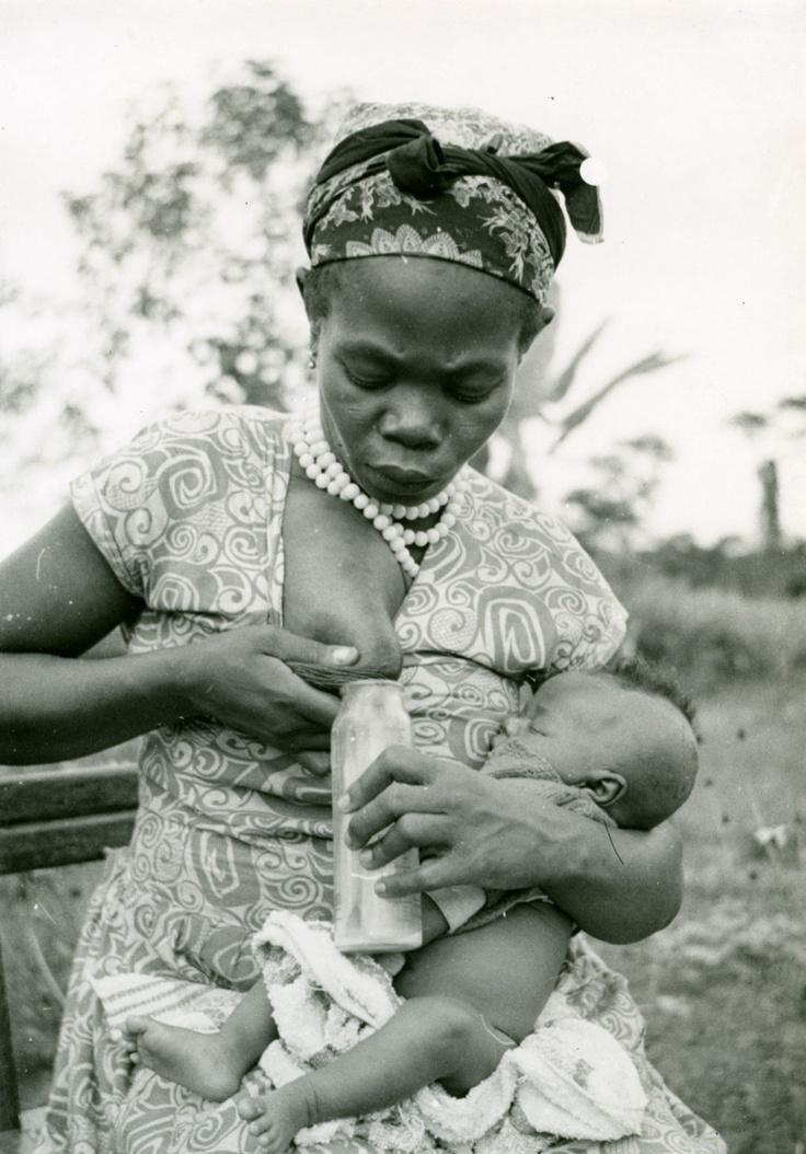 Fang ženska, ki ji daje materino mleko, v materinstvu Ebeigne-5943