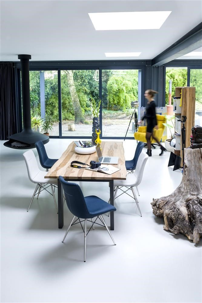 Vision diningtable accompanied by our iconic Ambra chairs