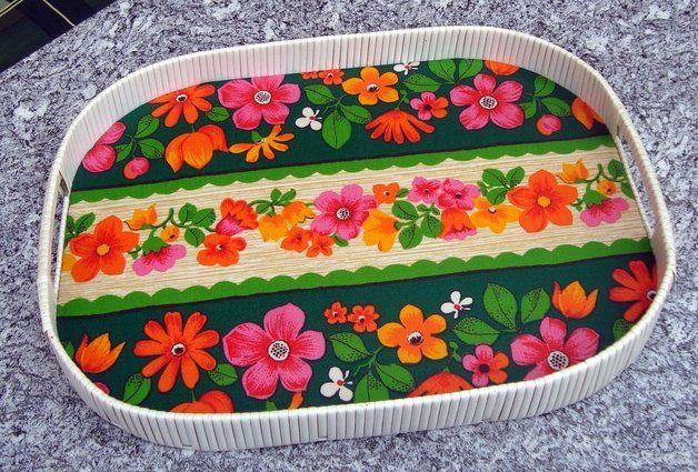Tablett-mit-Blumenmuster