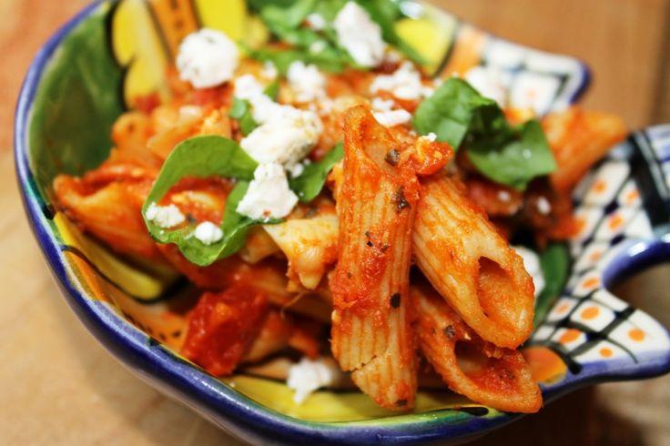 Vegetarisch en goedkoop? Lees hier het recept voor deze vegetarische mediterrane pasta & goede tips voor de budgetproducten in je keukenkastje