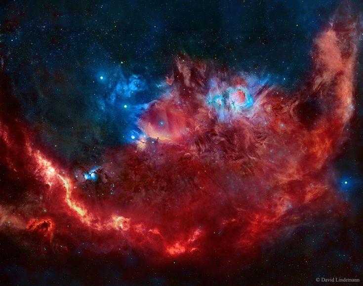 Esta interpretación colorida de parte de la constelación de Orión se ha hecho a partir de la luz roja emitida por el hidrógeno y el azufre ( SII ) y de la luz azul-verde emitida por el oxígeno ( OIII ). Así pues, las tonalidades de la imagen se reasignan digitalmente para indicar sus orígenes elementales y, también, para sorprender al ojo humano.