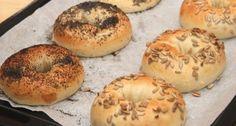 New Yorkban nagy kultusza van a bagelnek. Igazi reggeli péksütemény, szendvicsek kiváló alapja. A bagel azért is fantasztikus péksütemény, mert készülhet szinte bármilyen ízesítéssel. Megszórhatjuk magfélékkel, fűszerekkel, stb...