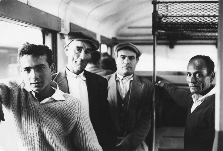 Immigres italiens sur un train dans le sud de la France. Milieu des annees 1950. © Mario Dondero