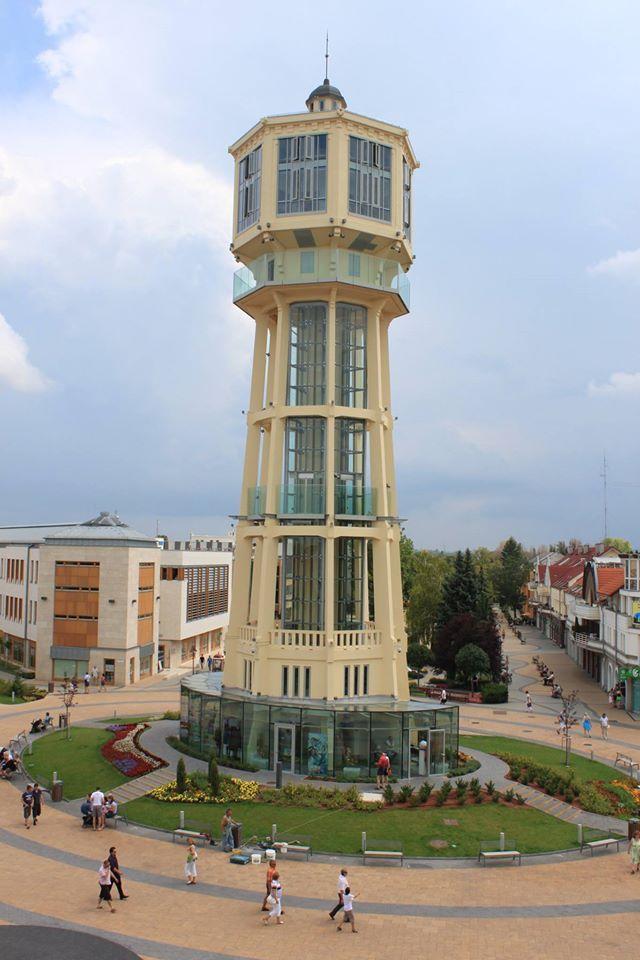 Siófoki víztorony. Hungary Siófok legjellegzetesebb épülete ma is a település főterén található víztorony. A vasbeton lábakon álló 45 méter magas építmény 1912-ben készült, Gergely Jenő és Gut Árpád budapesti vasbetontervező alkotása.