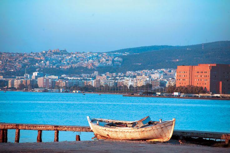 Μια μοναχική ψαρόβαρκα και στο βάθος το Μέγαρο Μουσικής Θεσσαλονίκης