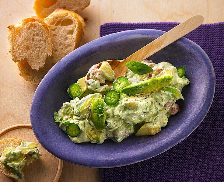 Guacamole South of the Border, mit saurer Sahne und Schmand  Zutaten  2 Avocado(s), reif 1 Zehe/nKnoblauch 1 Limone(n), frische, den Saft (gepresst) 5 Tomate(n) 1 ELÖl (Virgin Olivenöl) 5 BlätterBasilikum, fein gehackt 1 Bechersaure Sahne 1 BecherSchmand  Salz  Pfeffer 2 Chilischote(n), grün, (Jalapeno Chilies), fein gehackt 1 m.-großeZwiebel(n)