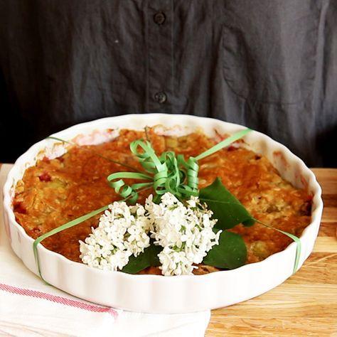 Rabarberpaj är en av våra mest älskade pajer, söt och syrlig på samma gång. Här är ett av våra bästa recept på knäckig och god rabarberpaj!