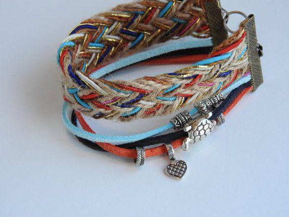 Bracelet manchette tisser multi-rang à breloques charms coeur et tortue. Bijou fait main très coloré style bohème beachlife surf boho éthnique.  Envoi rapide et soigné dans le monde entier