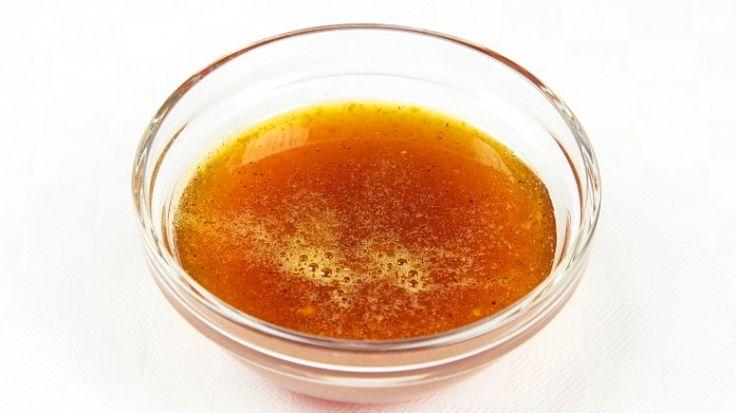 Ricetta Caramello all'arancia:  Scaldate un pentolino sul fuoco e, non appena è ben caldo, aggiungetevi un paio di cucchiai di zucchero. Aspettate che lo zucchero si sciolga. Non appena lo zucchero sarà ben sciolto, mescolate con un cucchiaio di legno, aggiungete il...