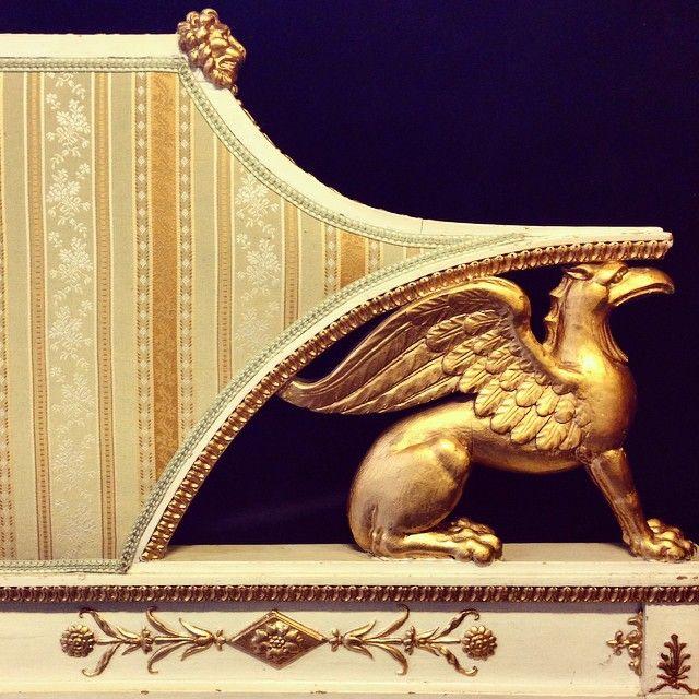 I adore the griffon on this early 19th century Swedish sofa. So decorative in a modern interior! #griffon #lategustavian #empire #antikviteter #antiques #gilt #gilding #interiordesign #design #interior #inredning #kommerpåklassiska #bukowskis #bukowskisklassiska #4sale #comingupforsale #soffa #soffor