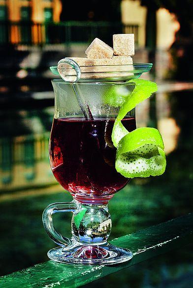 Grundrezept Grog:Ein Grog-Glas zu 2/3 mit kochen - dem Wasser oder (Früchte-)Tee anfüllen und mit ca. 40 ml Rum (ein großes Schnapsglas) aufgießen. Zwei bis drei Stück Demerara brauner Würfel-Rohr - zucker verleihen die notwendige Süße. Statt Rum kann auch Gin, Arrak oder Weinbrand verwendet werden. Etwas Zitronenoder Limettensaft rundet das Ganze ab.  Kaminfeuer-Grog:Den Früchtetee in einer Kanne mit kochendem Wasser überbrühen. 5-7 Minuten ziehen lassen und in einen Topf abseihen. Gin…