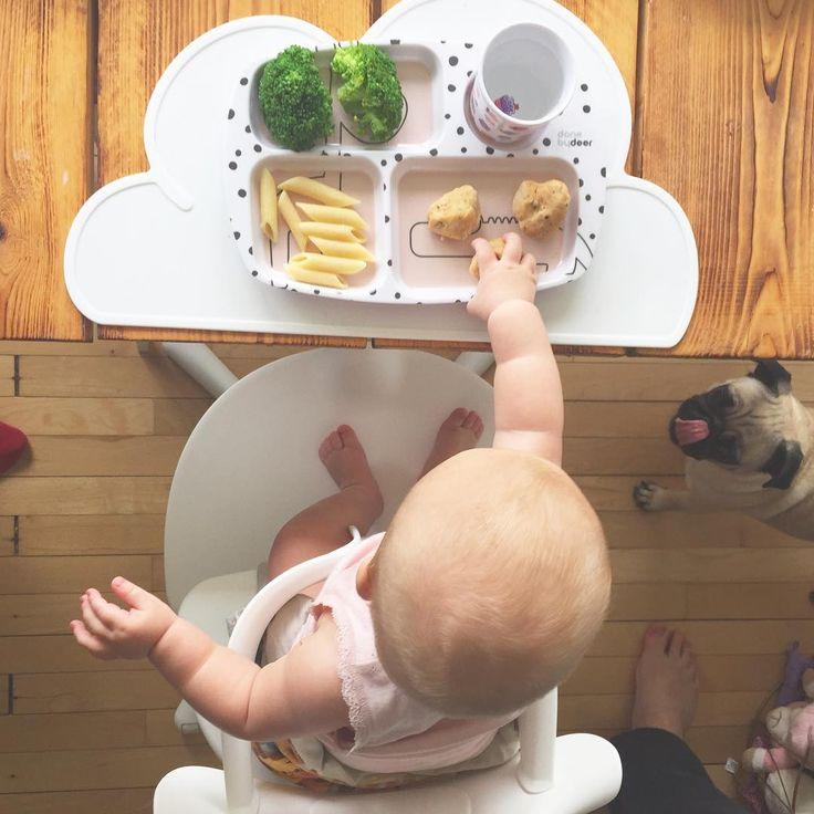 Første rigtige måltid for vores lille skat.👶🏼💕 Udover at få en lidt for stor mundfuld fiskeboller klarede hun det super godt.😍👏🏼 Kan slet ikke forstå at hun allerede er så stor. 😐 #storepige #ellasofie #6månedergammel #mops #pug #donebydeer #evomove #nomi #evomovenomi #kgdesign