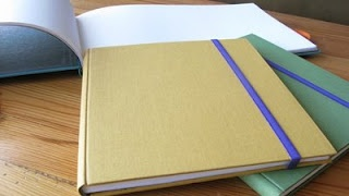 Diarios con tela de encuadernación con elástico.