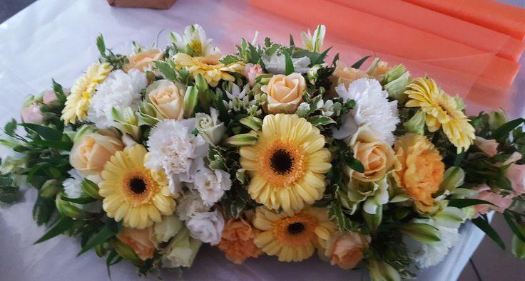 Egyszerű esküvői főasztaldísz gerberából, szegfűből, rózsából. | Neked is szívesen elkészítjük, kérd árajánlatunkat: https://eskuvoidekor.com/viragdekoracio