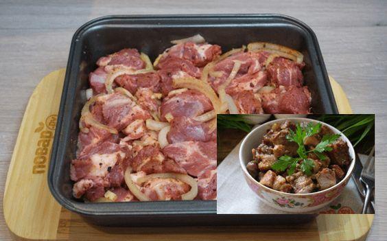 Pekelně dobrá krkovice na česneku s výbornou omáčkou: Vše máte na jednom plechu, bez kopy špinavého nádobí! Ingredience: 1,5 kg krkovičky nakrájené na plátky 10 stroužků česneku 2 větší cibule nakrájené na kolečka sůl Na omáčku: 4 lžíce oleje 4 lžíce sójové omáčky 10 lžic pikantního kečupu Sladkou mletou papriku Pepř postup přípravy najdete na …