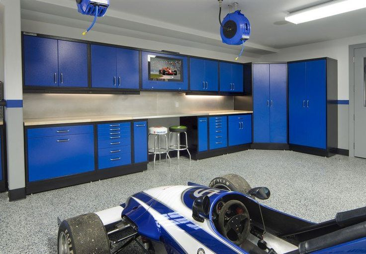 aménagement garage moderne avec des meubles bleus, coin de repos avec tabourets hauts et plafond blanc neige