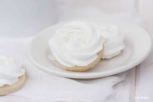 The perfect buttercream icing recipe for decorating cakes!