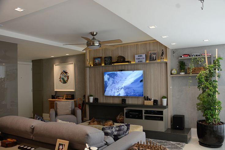 LIVING INTEGRADO Estar com painel de TV, sistema de som, lareira ecológica, rebaixo de gesso com ventilador Hunter e hall de entrada com móvel de acervo dos clientes.