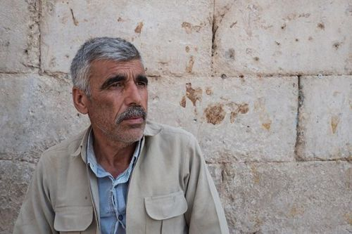 [KURDISTAN]  Septembre 2017 Alisaid Nakabi 54 ans pense aux 11 guerres quil a menées en tant que Peshmerga. Il vend maintenant des fruits et légumes au marché dAkre. Il y a tellement dimages seules que le principal enjeu étant de voir la photographie comme un geste décriture et donc de littérature impliquant un acte de lecture.   Leica Q Récit : Régis Defurnaux  #reportage #photojournalism #documentaryphotography #leicaQ via Leica on Instagram - #photographer #photography #photo #instapic…