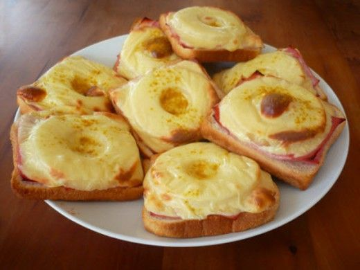 In den 60er Jahren wurde das Toast Hawaii in Deutschland populär. Es handelt sich um ein Toastbrot was mit Schinken, Ananas und Käse belegt wird. Danach geht's für ein paar Minuten in den Backofen und wenn man den Snack dann rausholt ist der goldbraun und geschmolzen. Aus dem Toast Hawaii entstand die Pizza Hawaii und […]
