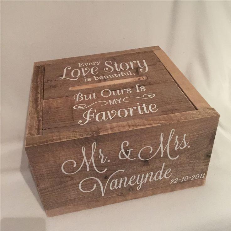 De enveloppendoos met een van de meest mooiste teksten<3. Every love story is beutiful, but ours is my favorite. So true, en prachtig. De verschillende lettertypes in de tekst geven het een extra mooie uitstraling. Deze #enveloppendoos is gemaakt van gebruikt steigerhout. #enveloppendoos #bruiloft #wedding #huwelijk #trouwen #trouwaccessoires #trouwartikelen