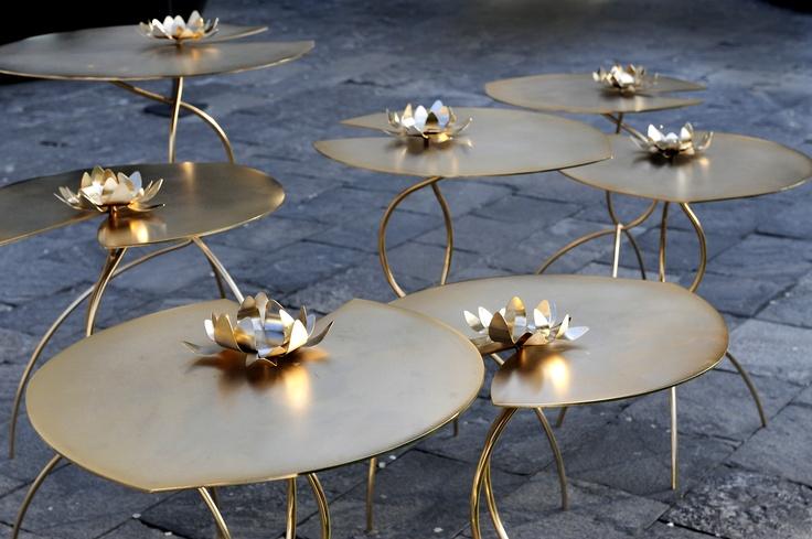 Serie di tavolini da cocktail in metallo disponibili in differenti finiture e misure    Series of cocktail tables available in different sizes and finishes