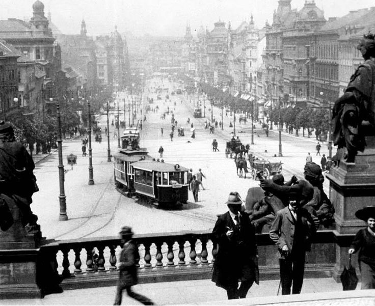 Wenceslas square at the beginning of the 20s. The tram used to go to Strasnice and Wenceslas Monument is missing.