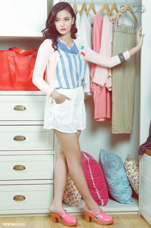 Mix and match your blue stripes top with soft pink cardigan and white lace short pants. Cute and stylish!