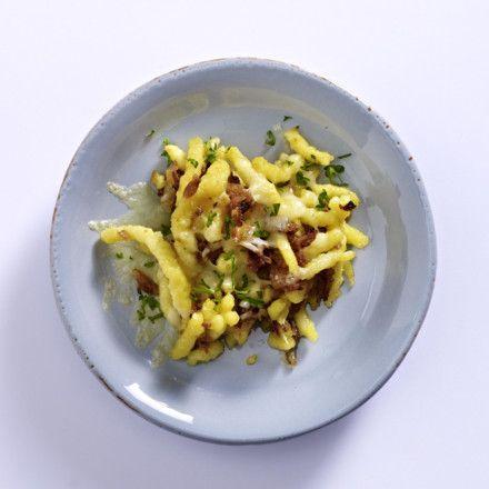 Raclette-Pfännchen mit Käsespätzle, Röstzwiebeln, Emmentaler Rezept