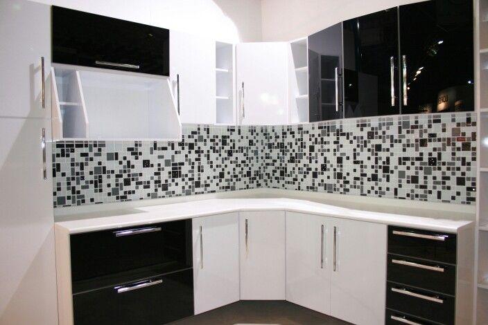 Cozinha com armários Preto e Branco com paredes com pastilhas cinza
