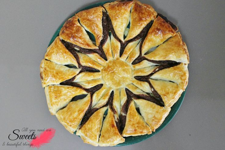 Tarta de hojaldre y chocolate. Pie of puff pastry with chocolate.