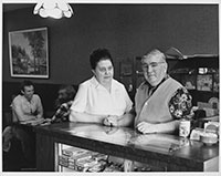 Inger et Louis Bach, Inger's Restaurant, Edmonton, Alberta, février 1979 || Inger & Louis Bach, Inger's Restaurant, Edmonton, Alberta, February 1979 © Orest Semchishen