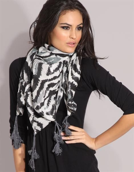 Мода как завязывать шарф на костюме