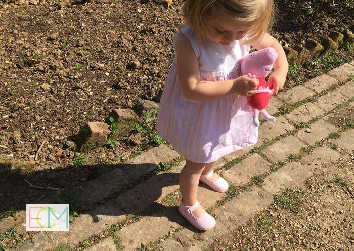 zapatos españoles, sesión de fotos, , moda infantil, zapatos niños, zapatos bebé, merceditas rosa, pisamonas zapatería infantil, zapatos verano, vestido niña