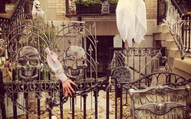 Tra tradizione, feste e decorazioni..Halloween!! Grandi e piccini sono entusiasti e in modi diversi si apprestano a festeggiare Halloween: c'è chi parteciperà a parate e feste e chi, invece, busserà a ogni porta presentandosi con la frase di rito:  #halloween #newyork #feste #mostri