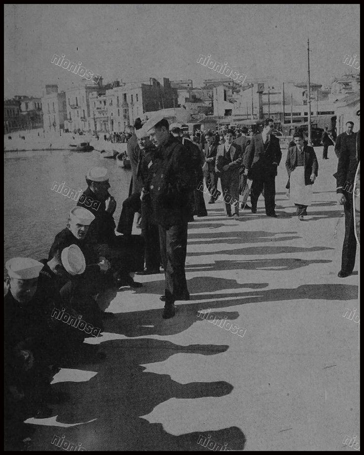 Ναύτες από το πλήρωμα του USS Newport News (CA–148) στο λιμάνι της Ζέας. Πειραιάς, 1951