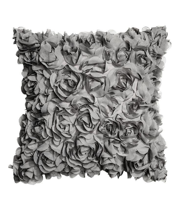 Hellbeige. Kissenhülle Aus Satin Mit Dekorativen Chiffonblüten. Verdeckter  Reißverschluss Unten.