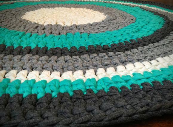 Lindos tapetes, feito a mão com fio de malha. Não escorrega e pode ser lavado na maquina de lavar roupa. Faço na medida (preço sob consulta para tapetes acima de 80cm diâmetro) e cores que você escolher (cores consultar disponibilidade). Somente circular.