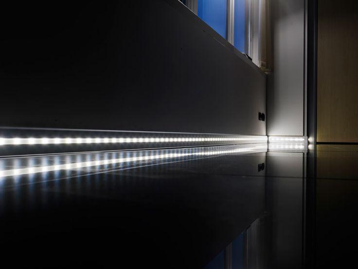 Plinta din aluminiu cu leduri, cu inaltimea de 8cm si lungimea de 2m - Proskirting Led. Lumina calda, rece sau neutra.
