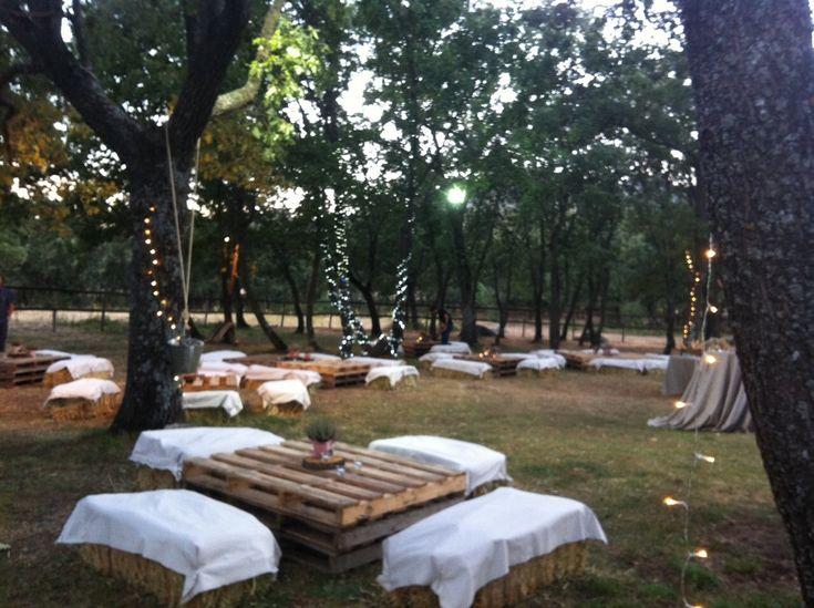 El bautizo de Nicolás. Balas de paja, palets, celebración al aire libre.