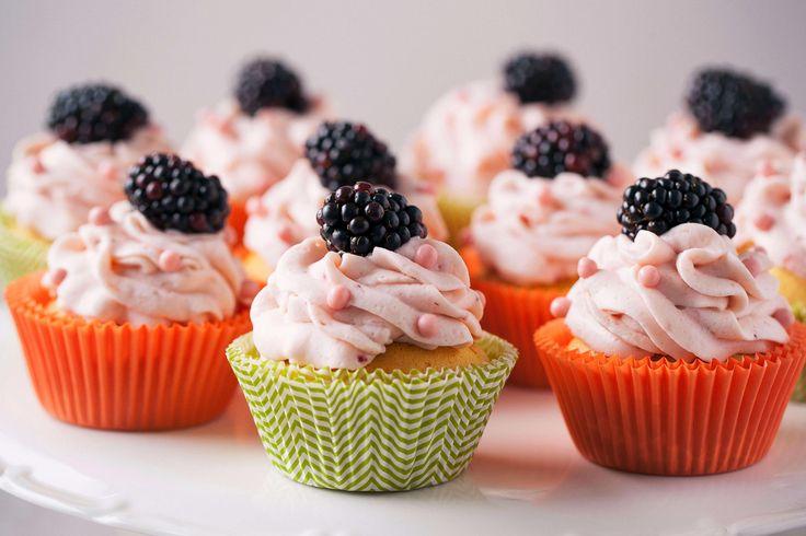 #cupcakes z różowym kremem i jeżynami #fruits #owocelesne #babeczki #cake #desert #deser #przepis