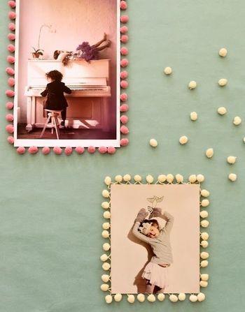 写真を板などに貼って、手芸用のポンポンリボンを縁に貼るアイデア。シンプルに写真のデコレーションが楽しめますね♪