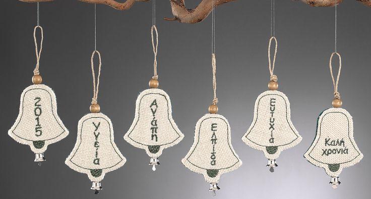 www.mpomponieres.gr Χριστουγεννιάτικα κρεμαστά στολίδια για το δέντρο σας σε σχήμα καμπάνας φτιαγμένο από τσόχα και λινάτσα διακοσμημένο με μεταλλικό καμπανάκι και κεντημένο επάνω τους το 2015 και 6 ευχές. Όλα τα χριστουγεννιάτικα προϊόντα μας είναι χειροποίητα ελληνικής κατασκευής. http://www.mpomponieres.gr/xristougienatika/xristougeniatikes-kremastes-kampanes-apo-linatsa.html #burlap #christmas #ornament #felt #stolidia #xristougenniatika