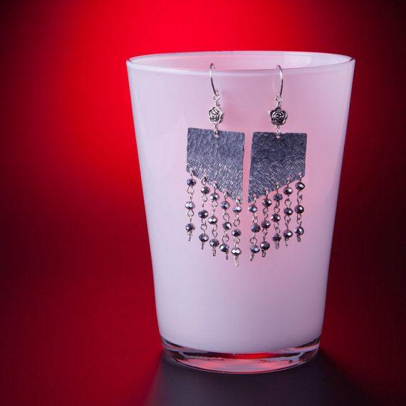 Orecchini in lamina di alluminio cesellato   rosa di GrovigliLab