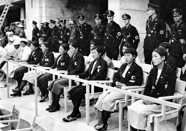 昭和11年8月、ベルリンオリンピックで、貴賓席に招待された女子水泳チーム。後方に立っているのはナチス親衛隊。