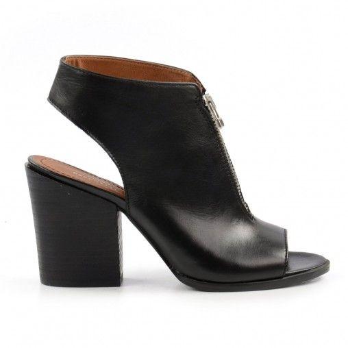 Deze zwarte sandalen met blokhak en rits zijn absolute musthaves voor dit seizoen! Door de fijne dikke hak en de gesloten wreef geven de sandalen ontzettend veel stevigheid. Uren loopplezier gegarandeerd. De sandalen zijn gevoerd met leer en de hak is 9 c