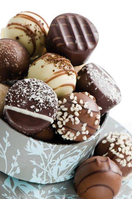 Lascia a bocca aperta i tuoi invitati! Coccolali servendo golosissimi cioccolatini fatti in casa realizzati con gli utensili specializzati Tescoma. Crea piccoli bocconcini di puro piacere per concederti una pausa rilassante.     INGREDIENTI - 300 g di cioccolato fondente - 300 g di cioccolato al latte - 30 g di burro - ½ bicchierino di rum - 130 ml di panna  PROCEDIMENTO Far sciogliere 200 g di cioccolato fondente a bagnomaria utilizzandoun pentolino. Continuare a mescolare mantenendo la…